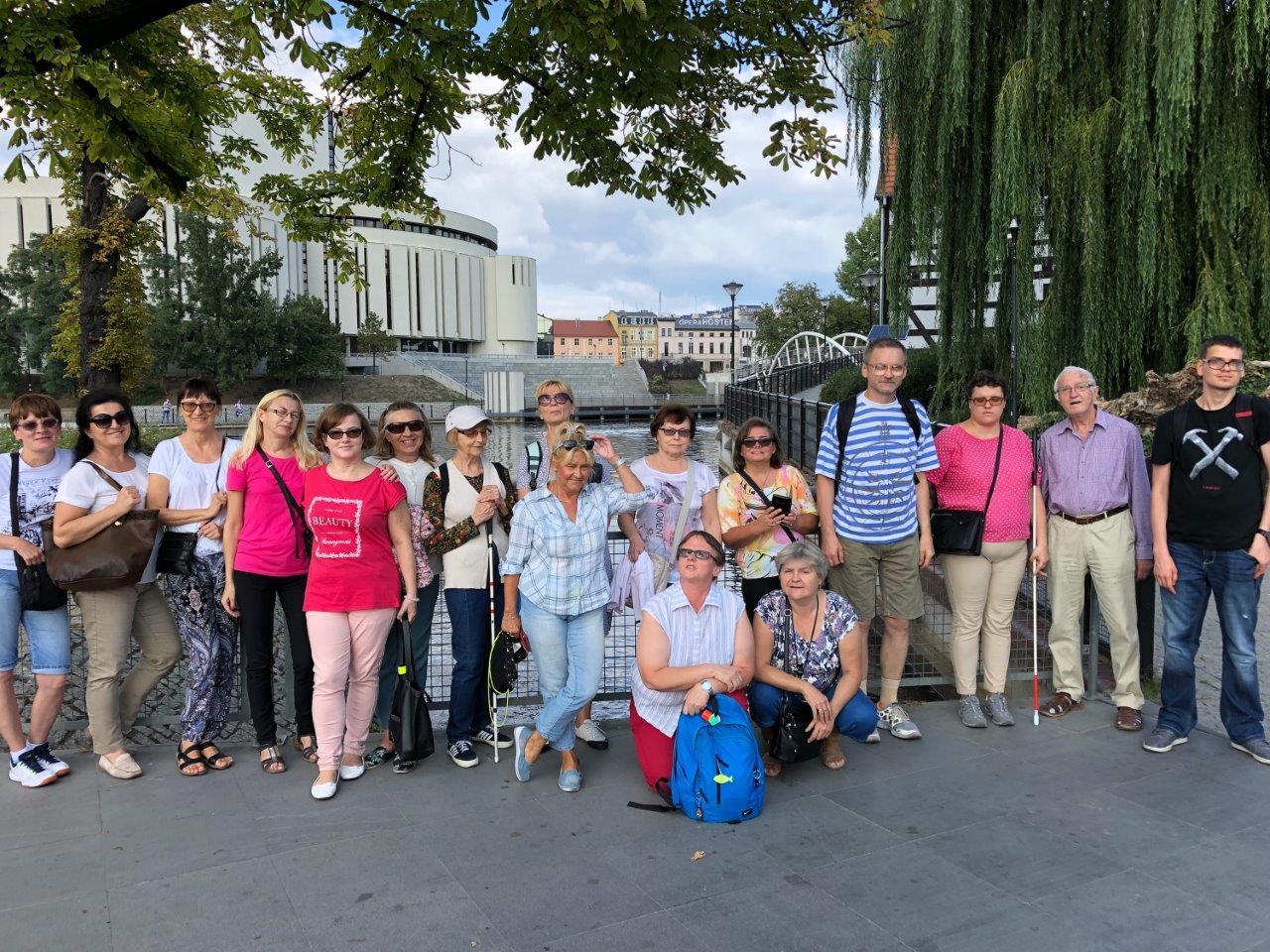 Pamiątkowe zdjęcie, cała nasza gromadka, w tle gmach Opery Nova w Bydgoszczy