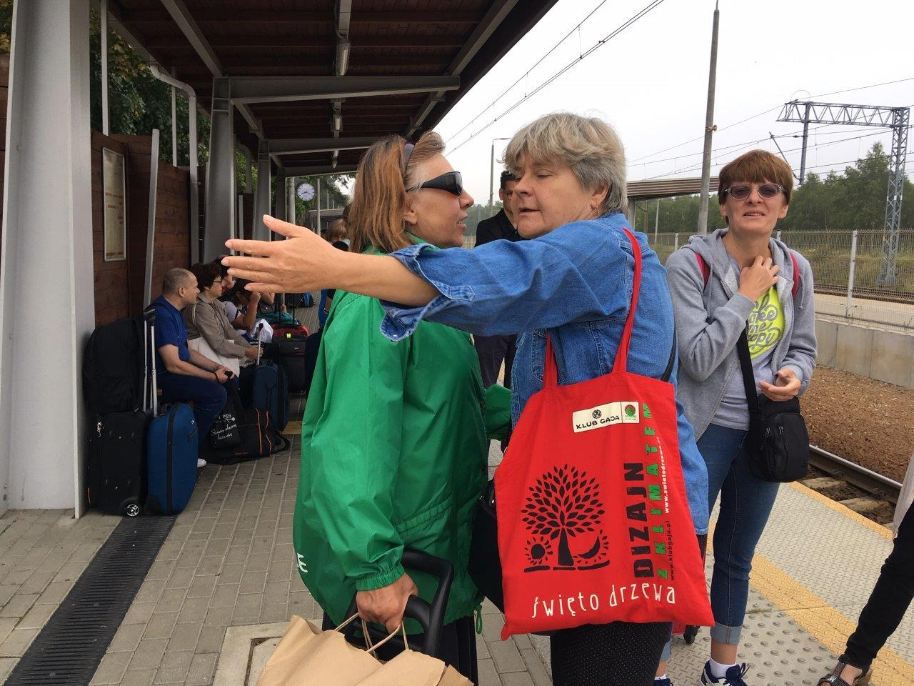 Ostatnie chwile przed rozstaniem – pożegnanie na peronie