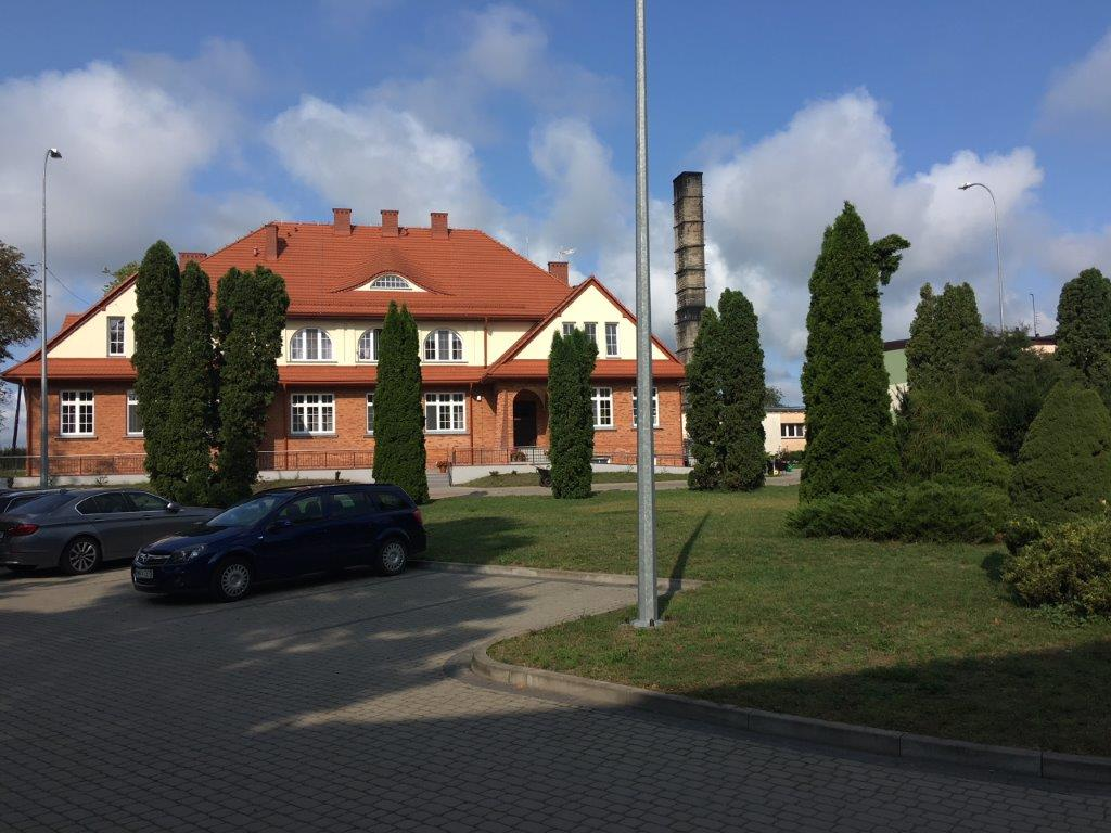 Ośrodek w Krzyżewie- biały budynek z czerwoną dachówką