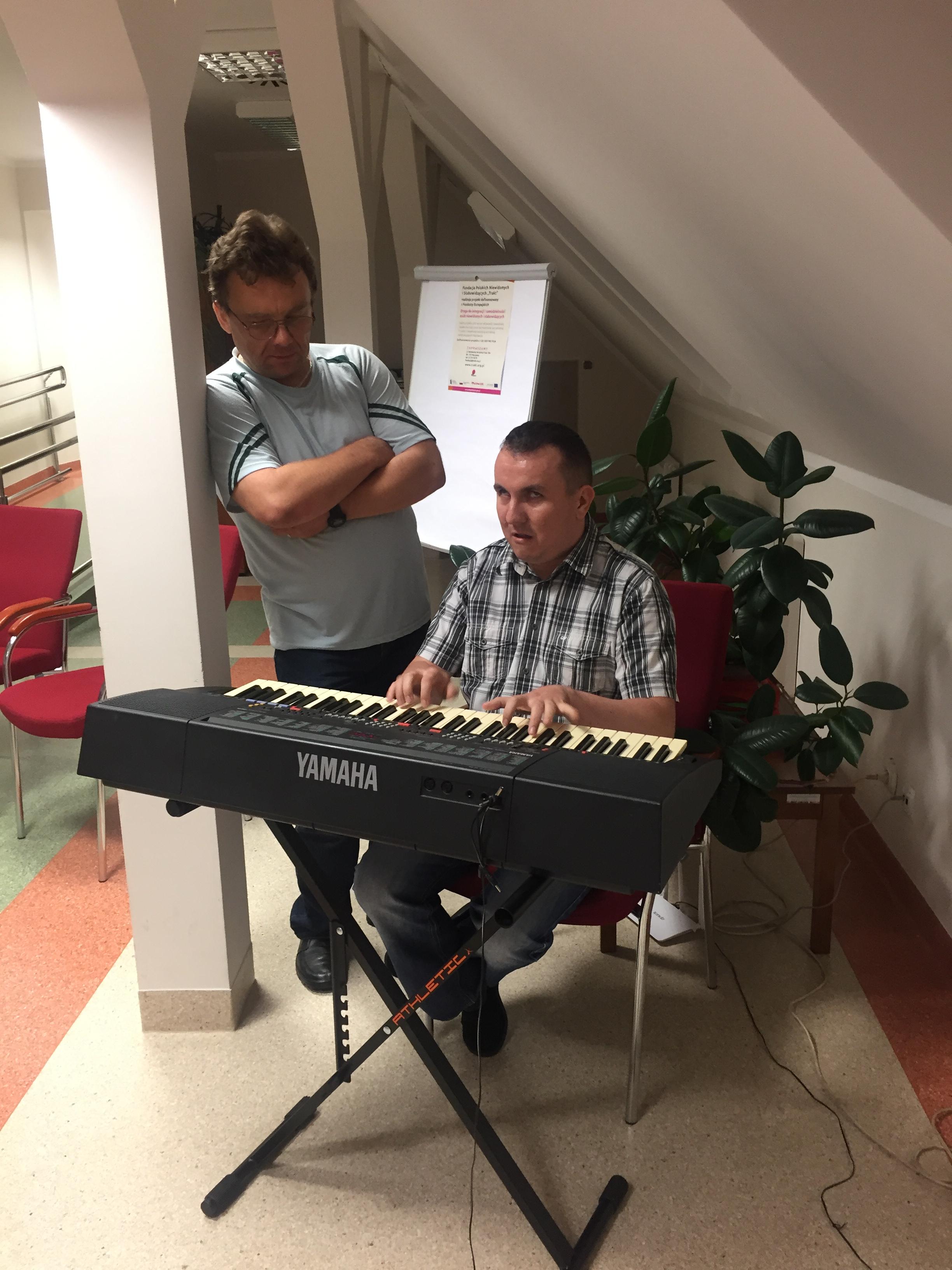 Chwila na muzyczny relaks – jeden z uczestników grający na keyboardzie