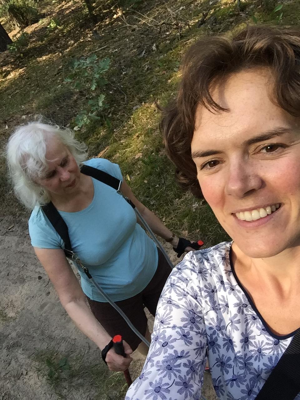 Czas na nordicwalking – dwie Panie podczas spaceru
