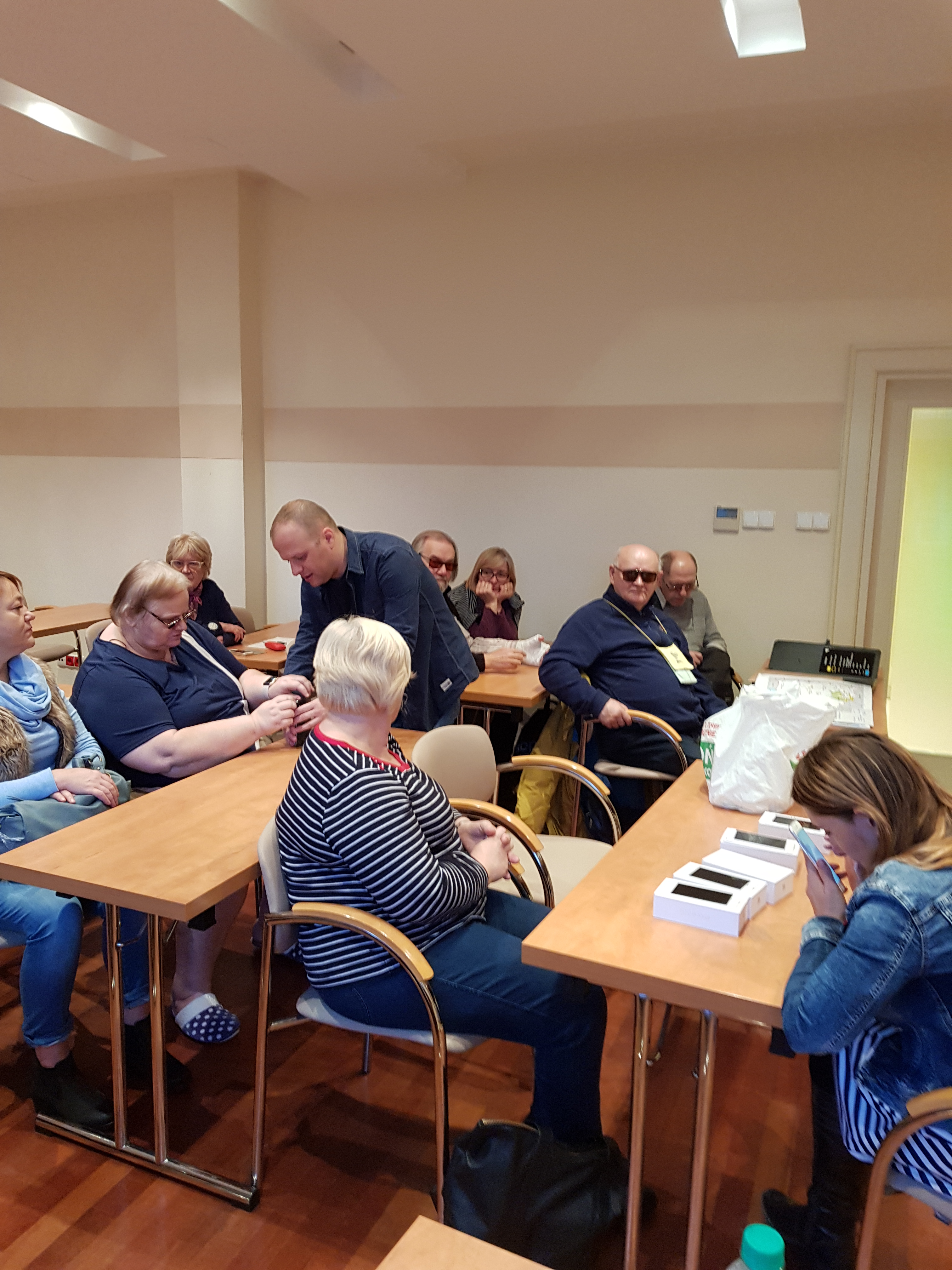 Czas swobodnego testowania smartfonów, instruktorzy wspierający poszczególnych uczestników